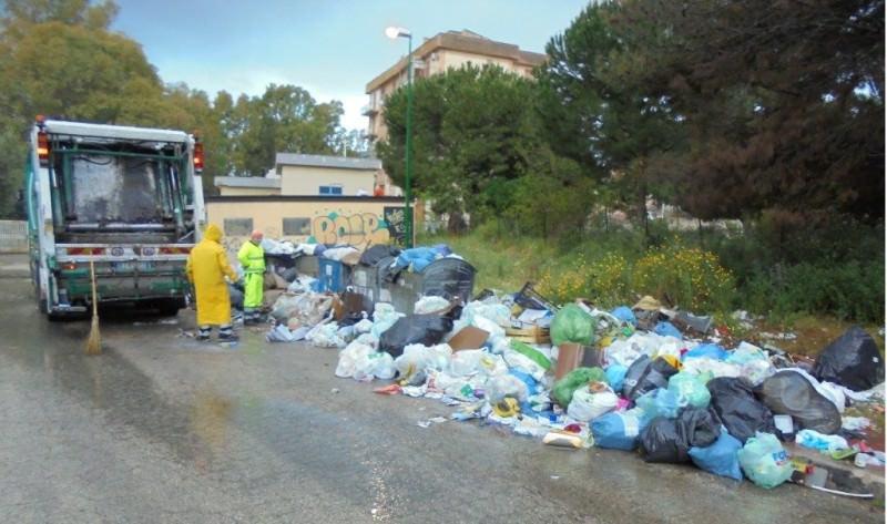 """Emergenza rifiuti in Sicilia tra spazzatura e privatizzazioni, Musumeci va avanti: """"Iniziata la bonifica"""""""