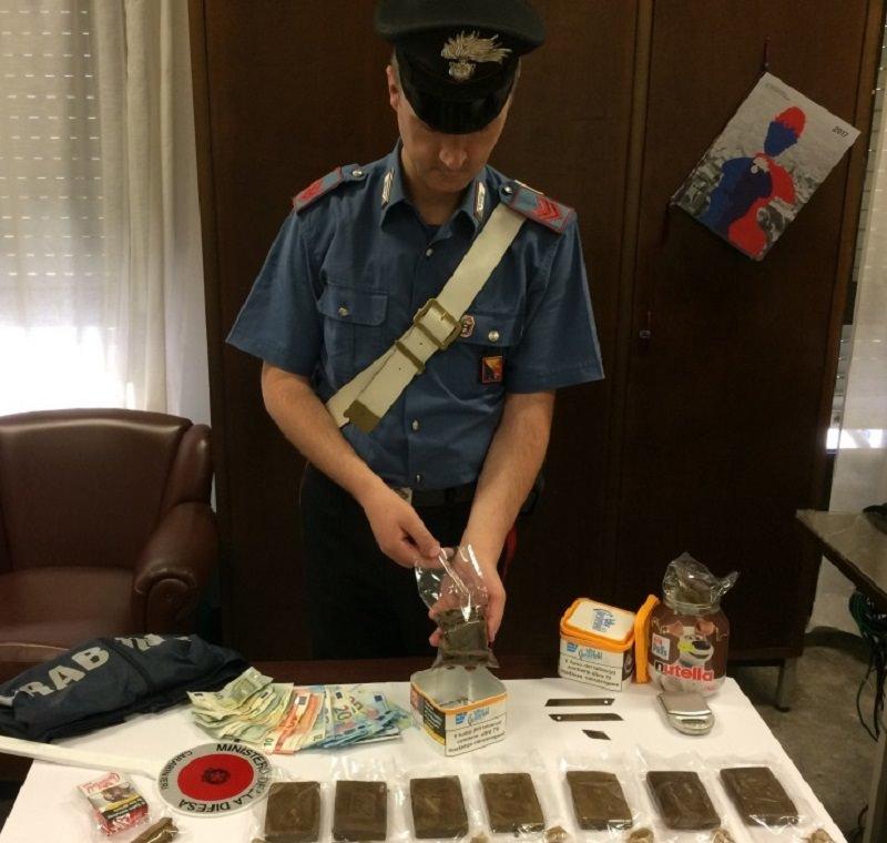 Nascondeva hashish in una fioriera: arrestato 27enne