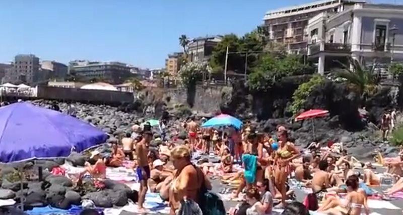 L'estate sta arrivando a Catania: bagno di folla a San Giovanni li Cuti VIDEO
