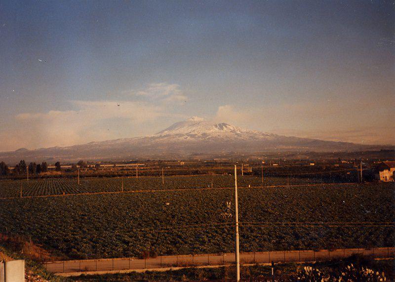 Etna, attività stromboliana e nube di cenere nella notte
