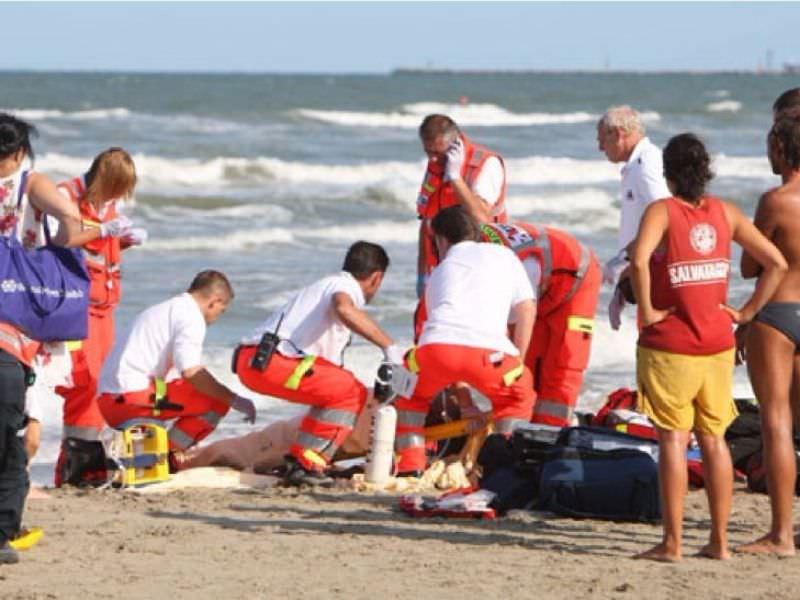 Tragedia in spiaggia, donna accusa malore in acqua: morta 68enne