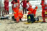 Tragedia in spiaggia, uomo accusa malore improvviso e muore: inutili i soccorsi, indagini in corso