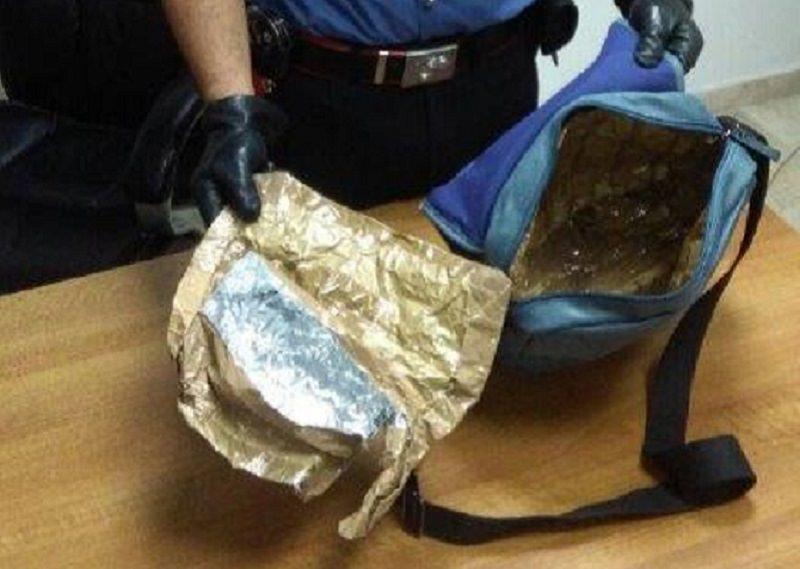 Carta d'alluminio nella borsa per eludere l'antitaccheggio: sorpreso con 300 euro di cosmetici rubati