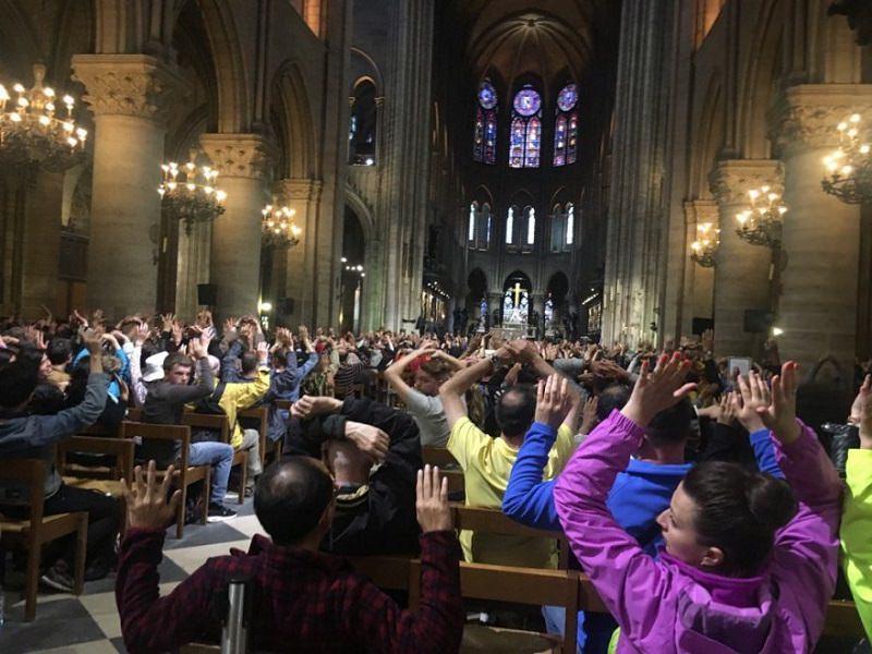 """Terrore a Notre Dame, algerino urla """"lo faccio per la Siria"""" ed aggredisce la polizia"""