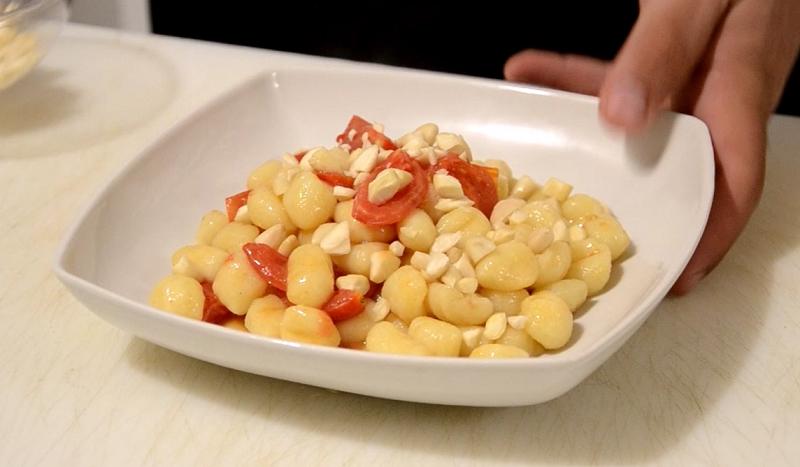 Gnocchi di patate con pomodorini e mandorle