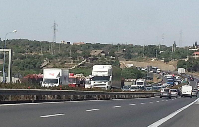 Incidente sulla Tangenziale di Catania, scontro tra auto e moto: un ferito, traffico in tilt