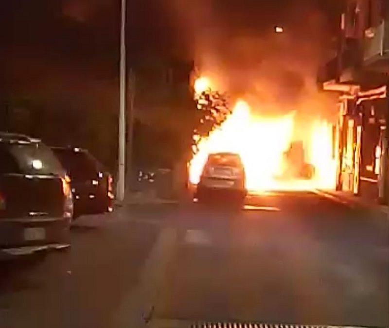 Incendio in via Vitaliti: coinvolte tre auto, sul posto i vigili del fuoco – IL VIDEO –