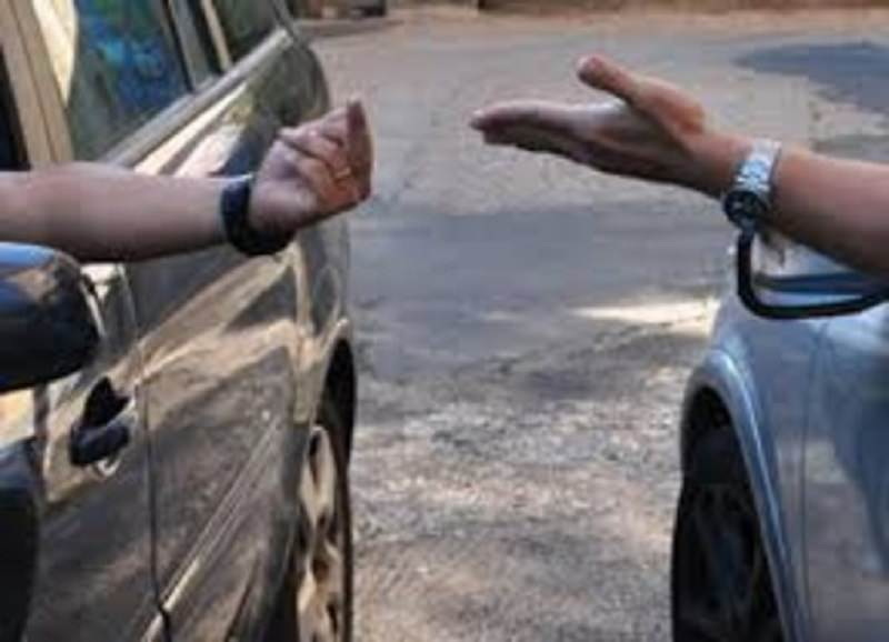 Litiga con il padre della sua ragazza e tenta di travolgerlo con l'auto: denunciato 27enne
