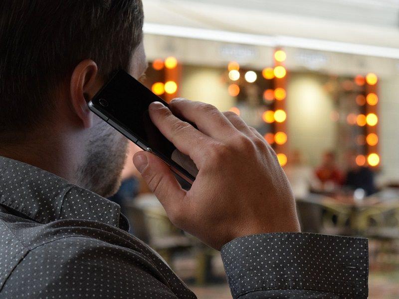 Da oggi diffondere telefonate registrate è reato: ecco i rischi per chi divulga le conversazioni private