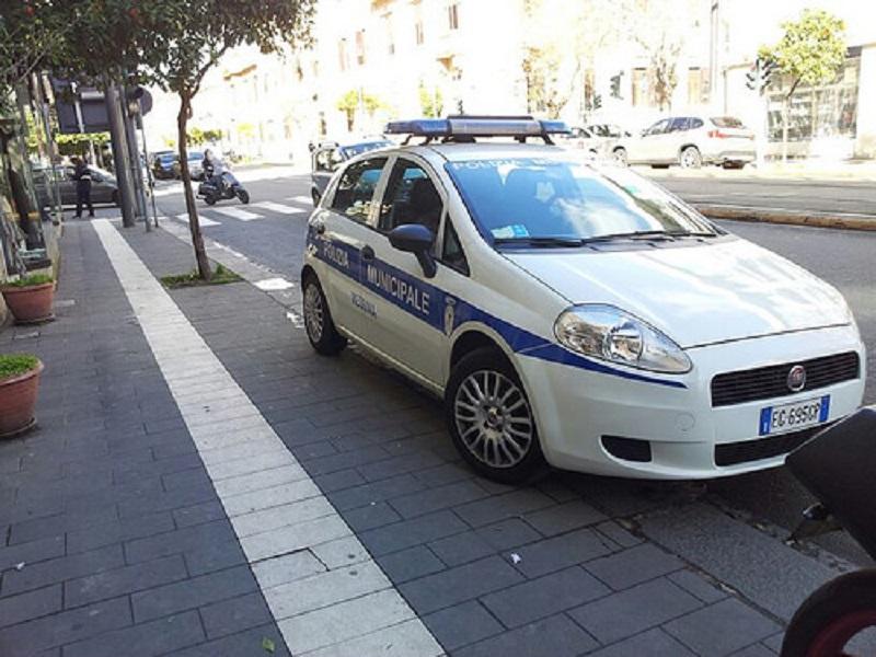 Messina, tagliate le gomme di cinque auto della polizia municipale