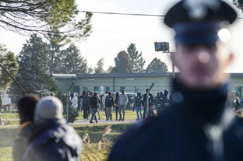 Tensione a Ragusa, 28 migranti in fuga: 9 sono positivi, ferito un carabiniere. Il VIDEO dell'assessore Razza