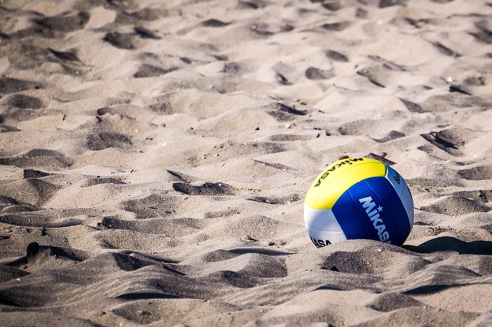Paura in spiaggia, bambino di pochi mesi colpito al volto da pallonata: scatta la corsa in ospedale