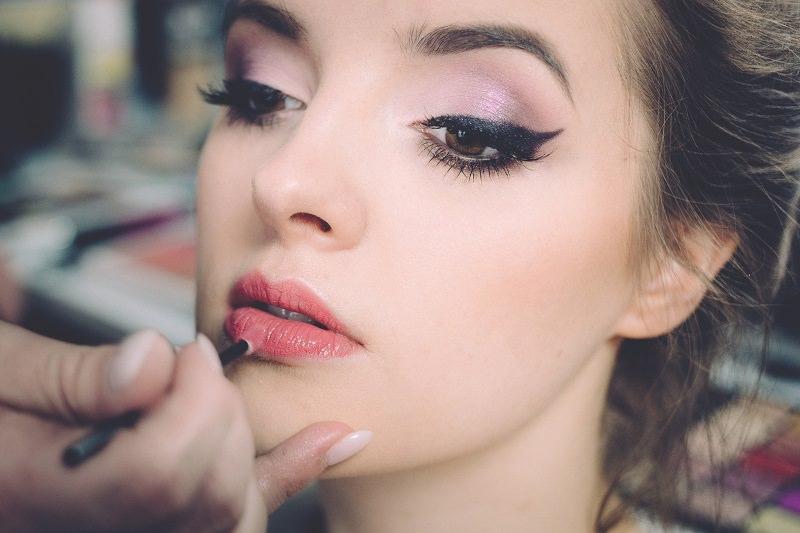 """Make up per l'estate 2017: ritornano le pin-up e lo """"strobing"""""""