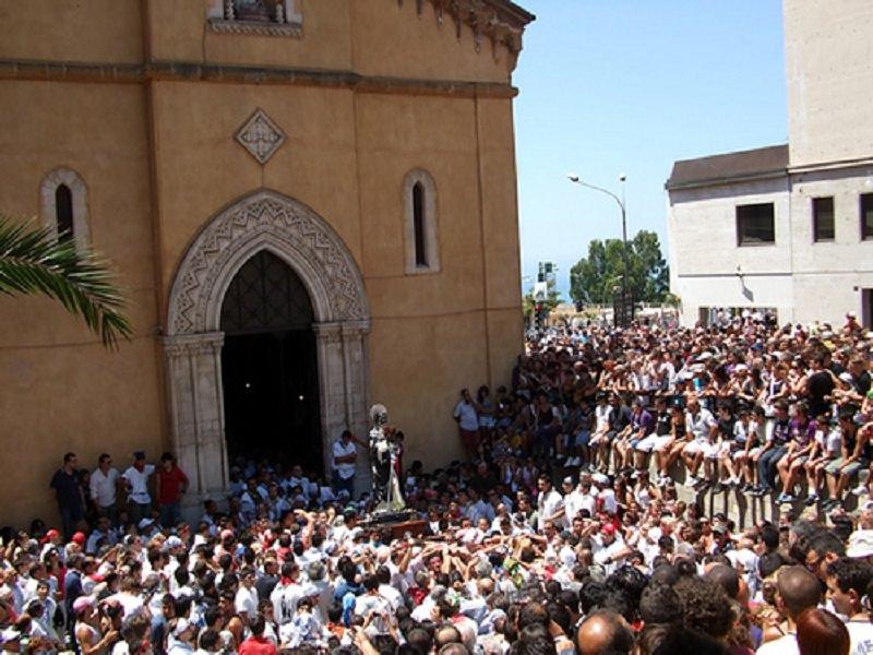 Festa-polemica per San Calogero: i fedeli lanciano il pane e il parroco se ne va