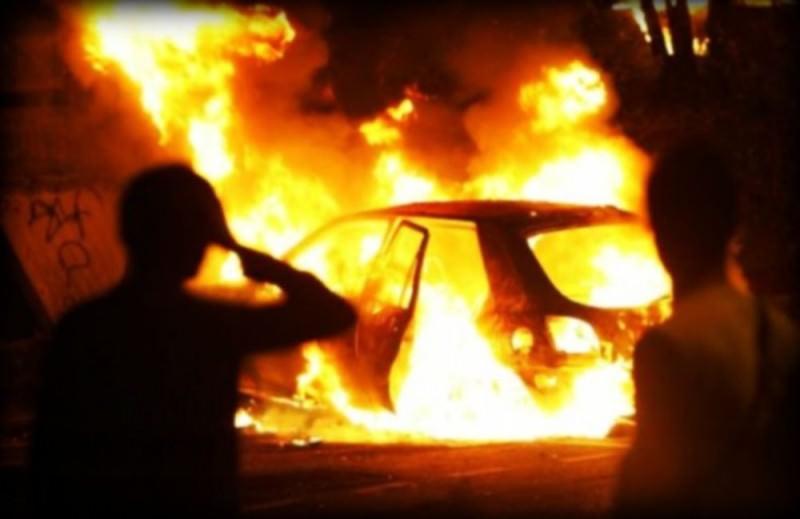 Auto prende fuoco in via Regina Margherita: conducente e passeggero abbandonano il mezzo per mettersi in salvo