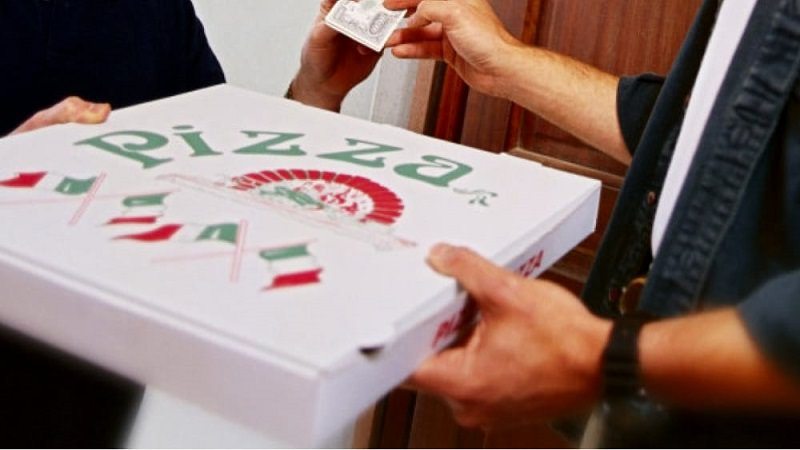 """Cartoni per pizza contaminati da bisfenolo, Codacons presenta esposto alle procure siciliane: """"Sostanza passa dall'imballaggio all'alimento"""""""