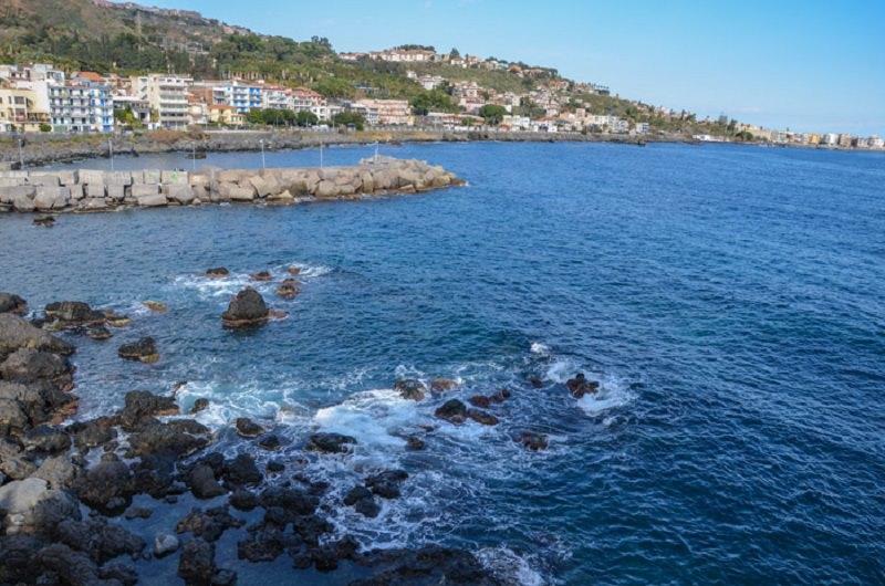Pericolo alla scogliera di Catania: trovati cinque ordigni esplosivi. Esperti li fanno brillare