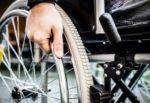 Auto davanti casa, disabile esasperata danneggia 30 vetture: sedata e trasferita in ospedale