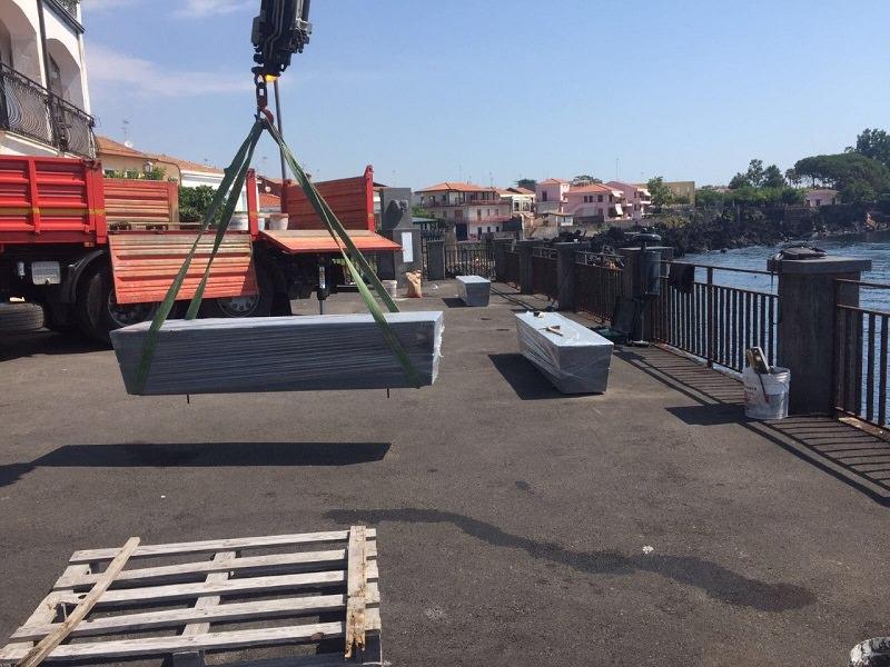 Acireale, iniziata installazione di nuove panchine in via Sinagra