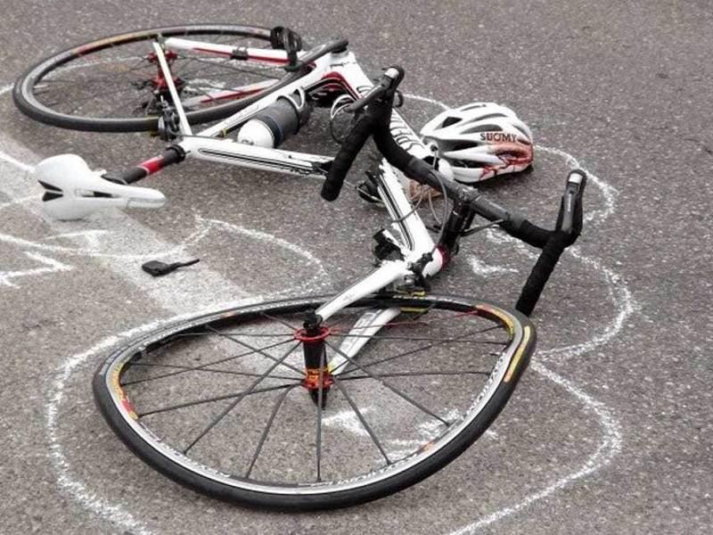 Si schianta con la bici su un cassonetto: grave 51enne