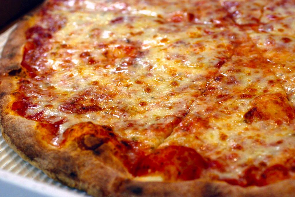 """Pizza """"da incubo"""" per un 20enne: fil di ferro finisce nell'esofago, rischia la vita"""