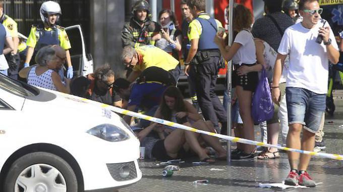 Strage di Barcellona, la polizia sulle tracce dei terroristi: continua la caccia all'uomo