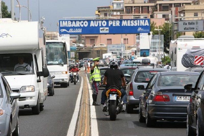 Esodo estivo, oltre tre ore di attesa per gli imbarchi verso la Sicilia. Due km di coda a Villa San Giovanni