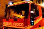 Incendio nella notte, brucia cantiere navale: vigili del fuoco sul posto per domare le fiamme