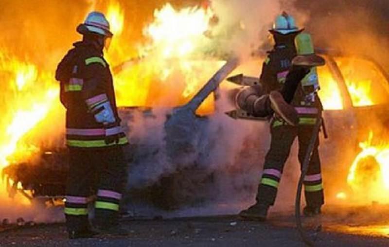 Fiat Punto in fiamme lungo la circonvallazione, vigili del fuoco evitano il peggio