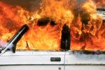 Apprensione nel centro cittadino, auto in fiamme: proprietario doma l'incendio da solo, indaga la polizia
