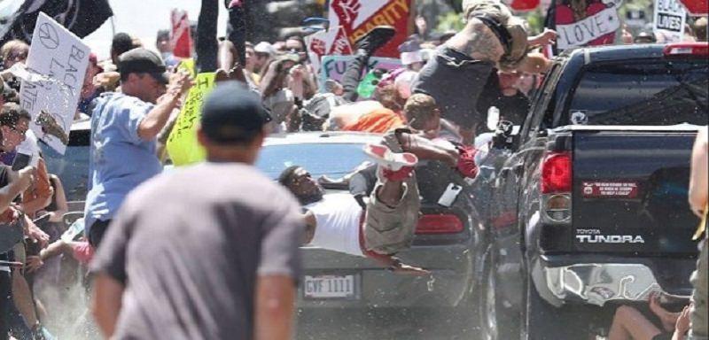 Strage a Charlottesville, auto su corteo e cade elicottero: tre morti e 35 feriti