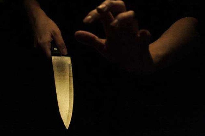 Pensionato armato di coltello tenta di uccidere la moglie con un fendente alla gola
