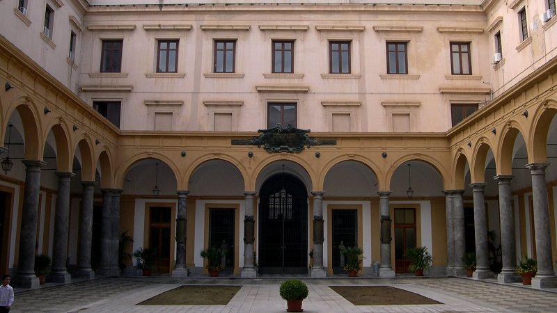 Si sbriciola parte del cornicione della facoltà di Giurisprudenza: ferita studentessa a Palermo