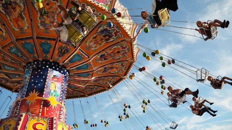 Crolla una giostra di un parco divertimenti: feriti 21 bambini, paura tra i familiari. IL VIDEO