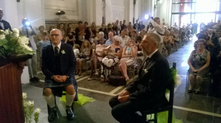 Primo Matrimonio Gay Toscana : La cornamusa come marcia nunziale e una sala gremita