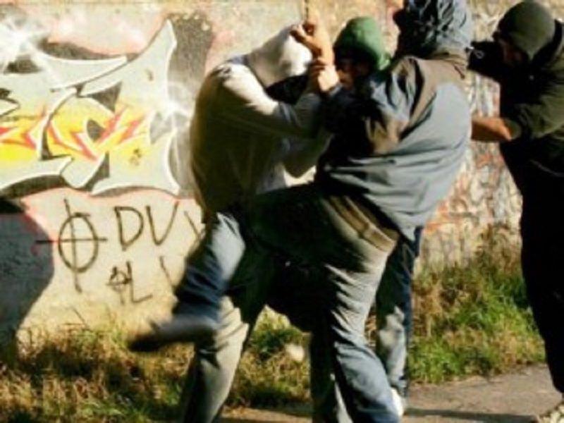 Ragazzo picchiato e ridotto in fin di vita per un debito di 20 euro: arrestati tre fratelli