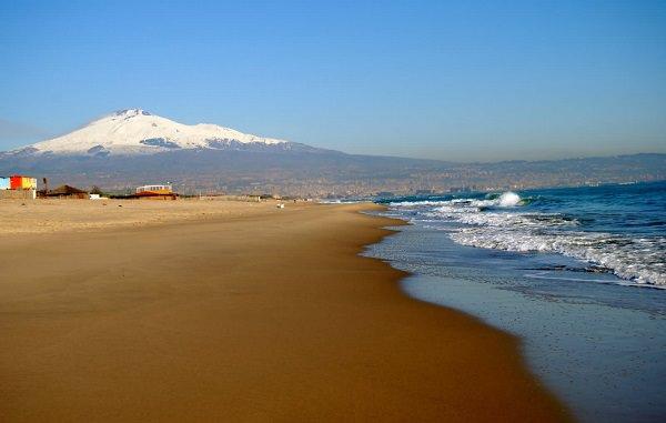 Missione pulizia: spiaggia libera n.1 della Playa pronta a rinascere grazie a Dusty e ai volontari
