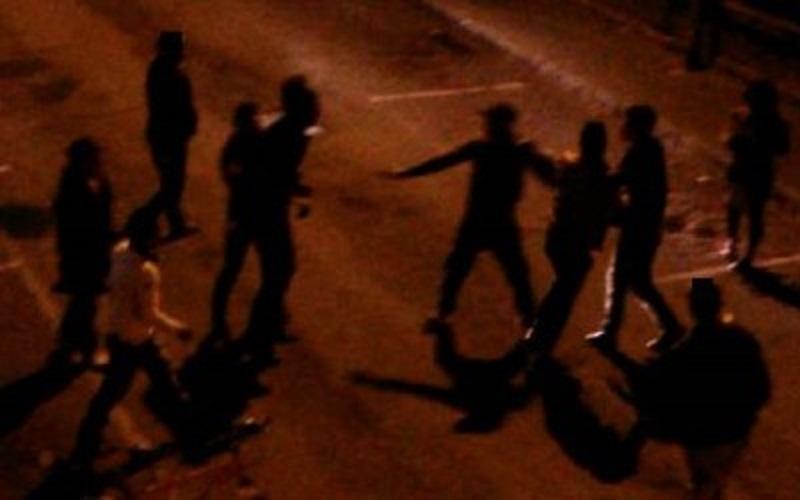 Dalle battute al violento pestaggio, rissa fra gruppi rivali: giovani feriti. Perquisizioni e sequestri