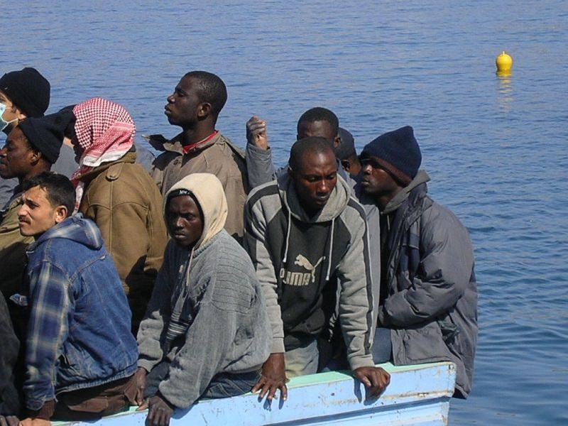 """Nuovo """"mini-sbarco"""" autonomo a Lampedusa: dieci uomini su un barchino approdano sulle coste siciliane"""