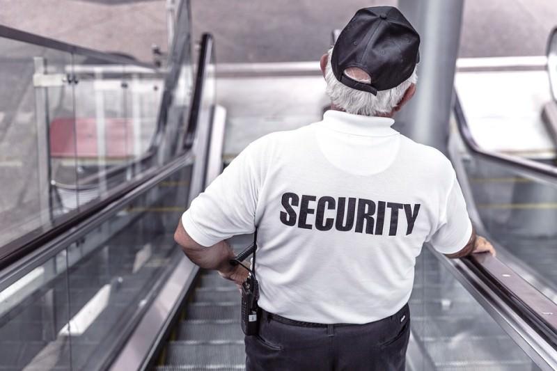 Segnala il fratello per spaccio, addetto alla security aggredisce carabiniere