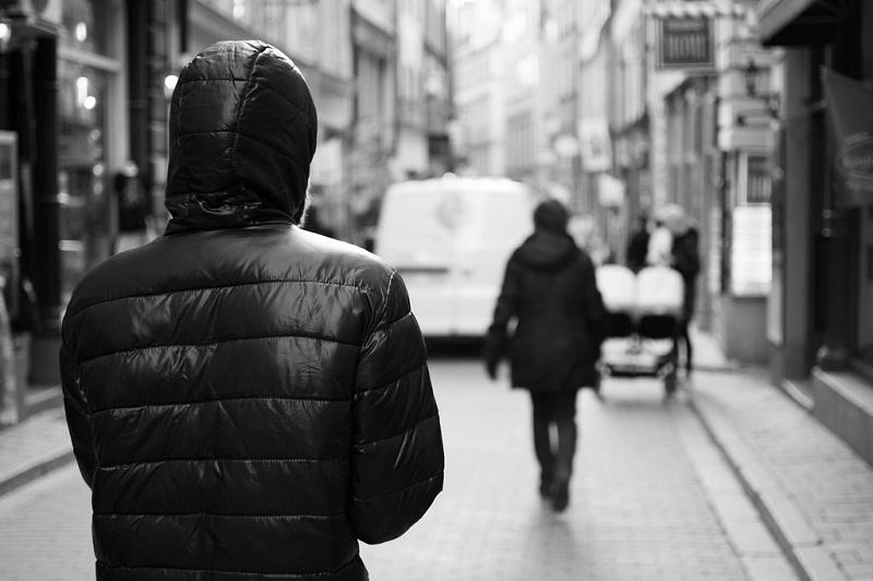 Si presenta sotto casa della ex e la minaccia di morte: arrestato stalker