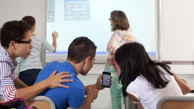"""""""Inginocchiati e mettimi la sufficienza!"""": alunno umilia insegnante"""