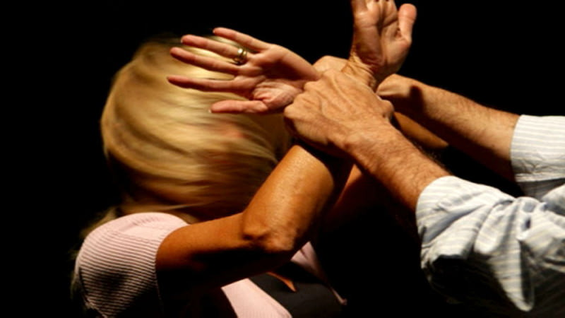 Catania, marito geloso picchia la moglie e le rompe il naso davanti alle figliolette: donna al Cannizzaro, lui ai domiciliari
