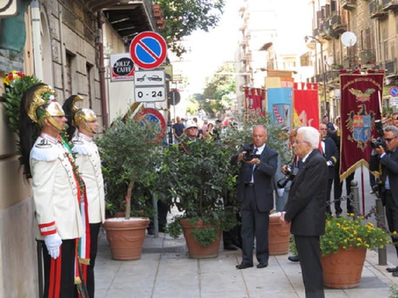 Le stragi di Cosa Nostra: 35 anni dalla morte di Dalla Chiesa, Mattarella depone una corona d'alloro sulla lapide