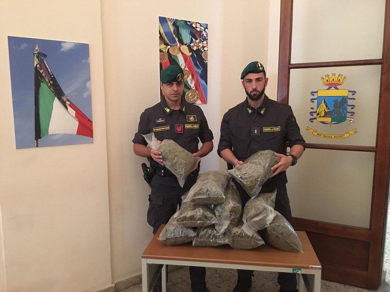 Catania: arrestato corriere con 10 Kg di marijuana