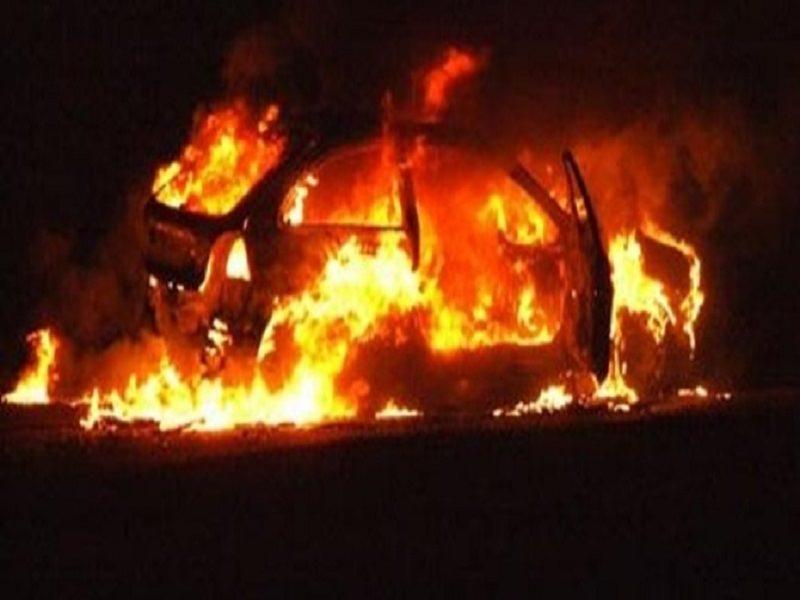 Notte di fuoco nel quartiere, incendiata auto rubata: in fiamme anche scooter abbandonato