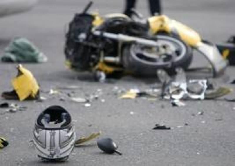 Cade dallo scooter e batte la testa: gravissime le condizioni di un giovane