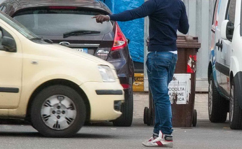 Lancia pietre, graffia auto e minaccia una donna nel parcheggio dell'ospedale: denunciato giovane posteggiatore abusivo