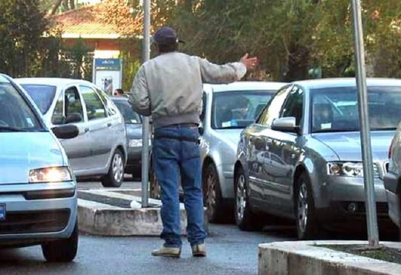 """Posteggiatori abusivi rientrano """"in attività"""", ma la polizia li blocca: si legano per protesta"""