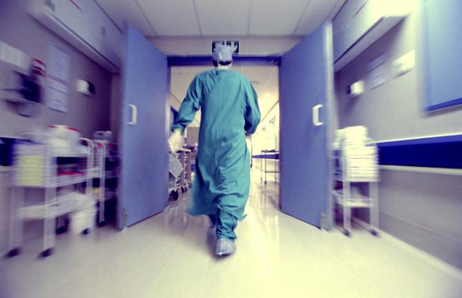 Padre ricoverato, figli fanno irruzione in ospedale senza mascherine e aggrediscono il personale